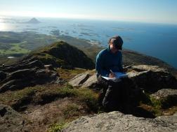 Eintrag ins Gipfelbuch - Im Hintergrund wie Sommersprossen die vielen Inseln